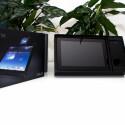 Unter einer weiteren Abdeckung findet sich dann auch das Tablet-Dock. (Bild: netzwelt)