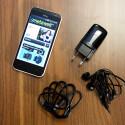 Im Lieferumfang befinden sich neben dem Smartphone auch ein Netzteil, ein Datenkabel und ein paar In-Ohr-Kopfhörer. (Bild: netzwelt)