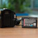 Der Akku des HDR-CX320E ist nicht sonderlich stark. Im Handel gibt es stärkere Akkus von Drittherstellern. (Bild: netzwelt)