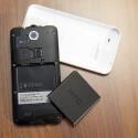 Der Akku des HTC Desire 300 lässt sich austauschen. (Bild: netzwelt)