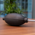 Effektiv und schnell: Mit einem Blasebalg lässt sich Staub auch unterwegs vom Sensor entfernen. (Bild: netzwelt)