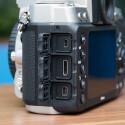Auf der linken Seite befindet sich ein USB 2.0- und HDMI-Anschluss sowie die Buchse für einen Fernauslöser, wie beispielsweise Nikons WR10. (Bild: netzwelt)