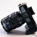 Das Stativgewinde befindet sich nicht in der optischen Achse - merkwürdig für eine Kamera mit professionellen Anspruch. (Bild: Marcel Ruhnau/System-Photography.com)