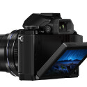 Zum Finden des richtigen Bildausschnitts stehen dem Nutzer ein elektronischer Sucher oder wahlweise ein klappbarer LC-Bildschirm zur Verfügung. (Bild: Olympus)