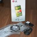 Das Zubehör des LG G Pro Lite Dual: Ladekabel, Kurzanleitung und Kopfhörer. (Bild: netzwelt)