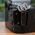 Die K-3 verfügt gleich über zwei SD-Speicherkartenfächer. RAW- und JPG-Dateien können physisch getrennt voneinander gespeichert werden. (Bild: netzwelt)