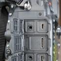 Die Kamera besitzt zudem diverse Anschlüsse. (Bild: netzwelt)