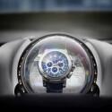 Teures Detail: Die Patravi TravelTec Armbanduhr ist in einer transparente Erdkugel implantiert. Steht das Auto, dreht sich die Weltkugel per Elektroantrieb und zieht dabei das mechanische Uhrwerk auf. (Bild: Rinspeed)