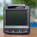 Das Display misst 2,4 Zoll und dank der großen Tasten darunter lässt sich die Dashcam gut bedienen. Das Menü ist übersichtlich gestaltet. (Bild: netzwelt)