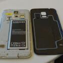 Die Rückseite des Galaxy S5 lässt sich abnehmen. (Bild: netzwelt)