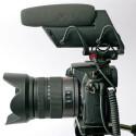 Das Monomikrofon Shure VP83F mit autarkem Flashrecorder baut etwas üppig in die Höhe. Länge 16,8 cm. Mit 216 g ohne Batterie auch das schwerste Videomikro im Test. (Bild: H-J. Kruppa)