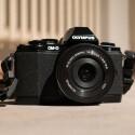 Die Systemkamera fügt sich von der Verarbeitung und dem Design in die OM-D-Linie perfekt ein, auch wenn Sie kleiner und leichter ist, als eine OM-D E-M5 oder OM-D E-M1. (Bild: netzwelt)