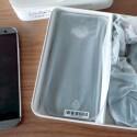 Unter dem HTC One (M8) liegt jede Menge Zubehör. (Bild: netzwelt)