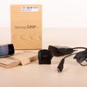 Im Recycling-Karton stecken neben der Gear Fit noch Ladekabel, Ladeadapter und eine Kurzanleitung. (Bild: netzwelt)