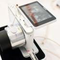 Durch den kleineren Sensor können auch kleinere und leichtere Objektive realisiert werden. Hier das Zoom-Objektiv Samsung NX-M 9-27mm F3,5-5,6 ED OIS. (Bild: netzwelt)