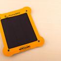 Im Preis inbegriffen ist sowohl die biegsame Solarzelle als auch der externe Akku. (Bild: netzwelt)