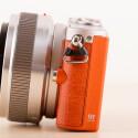 Schon Micro Four Thrird-Festbrennweiten wirken an der GM1 groß. (Bild: netzwelt)