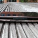Das S5 (unten) bietet links eine Lautstärkewippe. Beim M8 werden hier die SIM-Karten eingelegt. (Bild: netzwelt)