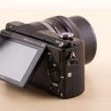 Die Systemkamera ist mit WLAN und NFC ausgestattet. Es können Play Memories-Apps auf der Digitalkamera installiert werden - ähnlich wie bei einem Smartphone. (Bild: netzwelt)
