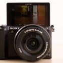 Der Selfie-Modus und die Apps für direkte Anbindung zu Flickr machen Spaß und sind das Metier der kleinen Kamera. (Bild: netzwelt)