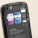Das Kazam Thunder Q4.5 kann mit zwei SIM-Karten bestückt werden. Der vier Gigabyte große, interne Speicher lässt sich per microSD-Karte erweitern. (Bild: netzwelt)