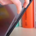 ...einigen Verarbeitungsschnitzern. So lässt sich etwa der Display-Rahmen leicht mit einer Hand abziehen. (Bild: netzwelt)