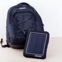 Sehr praktisch: Die Solarzelle lässt sich abnehmen und kann dann unabhängig vom Rucksack positioniert werden. (Bild: netzwelt)