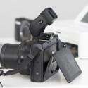 Optional gibt es im Handel den elektronischen Sucher EVF-DC1, der auf dem Blitzschuh der Kamera befestigt wird. Dieser löst mit 1,44 Millionen Bildpunkten auf und kostet stolze 300 Euro. (Bild: netzwelt)