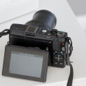 Neben dem Display befindet sich ein weiteres Einstellrad inklusive vier Tasten für wichtige Kameraparameter. Über den MF-Button gelangt man in den manuellen Fokus. Zudem gibt es eine Taste, um die Kompaktkamera mit dem Smartphone zu koppeln. (Bild: netzwelt)
