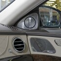 Gut angepasst: Die gelochte Metallverblendung der Lautsprecher fügt sich edel in das S-Klasse-Ambiente ein. (Bild: netzwelt)