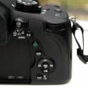 Auf dem Kameragehäuse finden sich insgesamt fünf FN-Tasten, die sich nach den Vorlieben des Fotografen belegen lassen. (Bild: netzwelt)