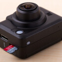 Die Videos speichert die Life S47015 auf microSD-Speicherkarten. Neben dem Speicherkartenfach befindet sich ein Mini-HDMI-Ausgang. (Bild: netzwelt)