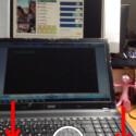 Der Startbildschirm zeigt immer ein Live-Bild Ihrer Kamera. Links unten wechseln Sie zu neu empfangenen Nachrichten. Die Zahl zeigt an, wie viele ungelesene Nachrichten Sie haben. Tippen Sie auf die drei Striche rechts unten, gelangen Sie zu Ihrer Freundesliste. (Bild: Screenshot/Snapchat)