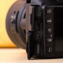Die Nikon besitzt einen AV- und HDMI-Ausgang um Videos und Bilder auch auf dem  Fernseher abzuspielen. Über einen 3,5mm-Klinkenstecker kann ein externes Mikrofon angeschlossen werden. (Bild: netzwelt)