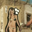 Mit einem Pin-up Girl auf der Oberseite der Umverpackung kann Protagonist Snake einen Gegner zu sich locken, der erregt stierend leicht ausgeschaltet werden kann. (Bild: Konami)