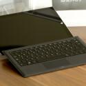Die optionale Tastatur lässt sich nun in einem besseren Winkel anbringen. Die Tasten sind beleuchtet. (Bild: netzwelt)