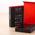 Aufgepasst und aufgeklappt: Unter dem Deckel findet der Nutzer direkt das Fire Phone. (Bild: netzwelt)