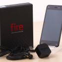 Des Weiteren legt Amazon dem Fire Phone Kopfhörer und ein US-Netzstecker bei. (Bild: netzwelt)