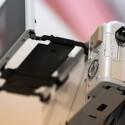 Der Klappmechanismus der PEN E-PL7 erlaubt es den Monitor in verschiedene Winkel auszurichten. Auf der Unterseite befinden sich Akku- und Speicherkartenfach.