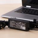Neben dem Netzteil spendiert Dell noch einen USB-Stick mit Windows 8.1.