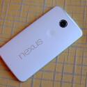 Die Rückseite des Nexus 6 besteht aus Plastik und fühlt sich den Kollegen zufolge sehr gut an. (Bild: The Verge)