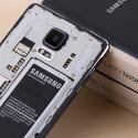 Das Galaxy Note 4 benötigt zum Betrieb einen microSIM. Der Speicher lässt sich per microSD-Karte erweitern.