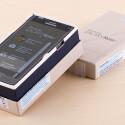 Deckel auf und Note 4 angeschaut. Die Front des Samsung-Smartphones ist nach dem Auspacken noch mit einem Aufkleber bedeckt.