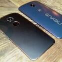 Das Google Nexus 6 (rechts) im Vergleich zum Schwestermodell Motorola Moto X (2. Generation) (links).