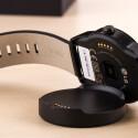 Auf der Rückseite der G Watch R finden Nutzer einen Pulsmesser.