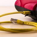 Via LAN-Kabel wird die Internetverbindung des Roboters eingerichtet.