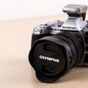 Olympus brachte die OM-D E-M1 zur Photokina 2014 auch in Silber auf den Markt. Das silberne Modell wird mit der aktuellen Firmware 2.0 ausgeliefert.