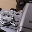 Auf der linken Seite befindet sich der ein- und Ausschalter. Sowie direkter Zugriff auf den HDR-Modus oder die Autofokussteuerung.