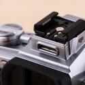 Die Systemkamera ist mit einem Multifunktionsanschluss ausgestattet. Damit wird beispielsweise der beiliegende Blitz angesteuert.