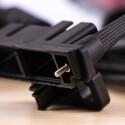 Pfiffiges Detail: Die Halterung für USB- und HDMI-Kabel kann an das Gehäuse geschraubt werden.